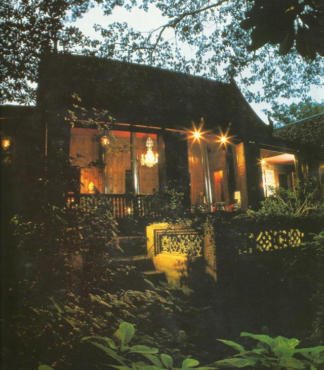 Джим Томпсон, известный за возрождение им тайской шелковой промышленности и таинственное исчезновение в Малайзии. Менее известен был его интерес к тайской архитектуре и искусству, который проявился в строительстве этого сказочного дома в тайском стиле на речном канале в Бангкоке.