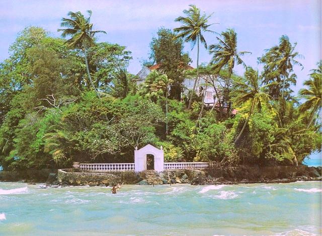 Остров и дом графа де Мони-Талванде у берегов Шри Ланки. Он и многие другие, похожие на него, разорвали отношения с их прошлым, перебрались в Азию и построили свой собственный тропический дом мечты.