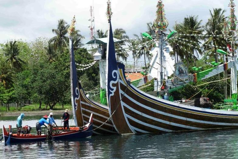 Тур Бали Ява - пляж с лодками